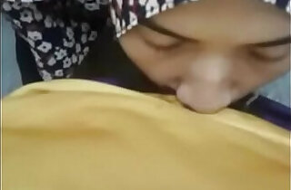 hijab girlfriend giving a blow asiansex.life xxx tube video