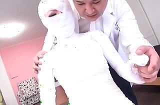Subtitled bizarre Japanese woman bandaged head to toe xxx tube video