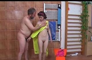 scopata nella doccia da vecchio Teen old fucked in shower by old man xxx tube video