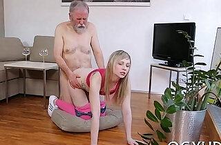 Peeing on herself xxx tube video